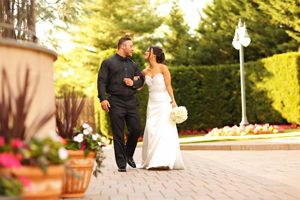 A newly married couple at a NJ wedding venue - il Tulipano Piazza