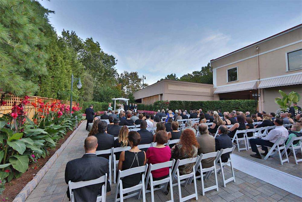 Wedding ceremony in an outdoor wedding venue in NJ - il Tulipano